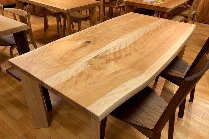 真樺(マカバ) 耳付き二枚接ぎ無垢テーブル 国産 飛騨の家具 木匠舘マイドゥ 一枚板
