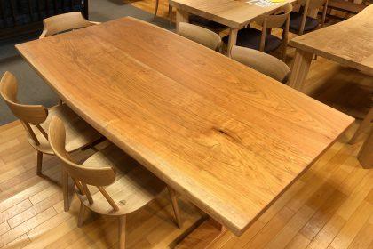 ヤマザクラ 山桜 耳付き 接ぎ 一枚板 無垢 テーブル 国産 飛騨の家具 木匠舘マイドゥ